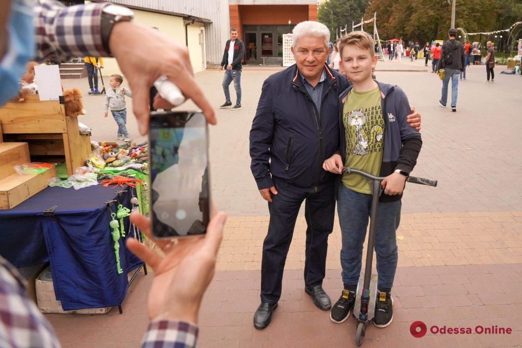 Селфи, разговоры о политике и пожелания стать мэром: Олег Филимонов прогулялся по Одессе и пообщался с людьми