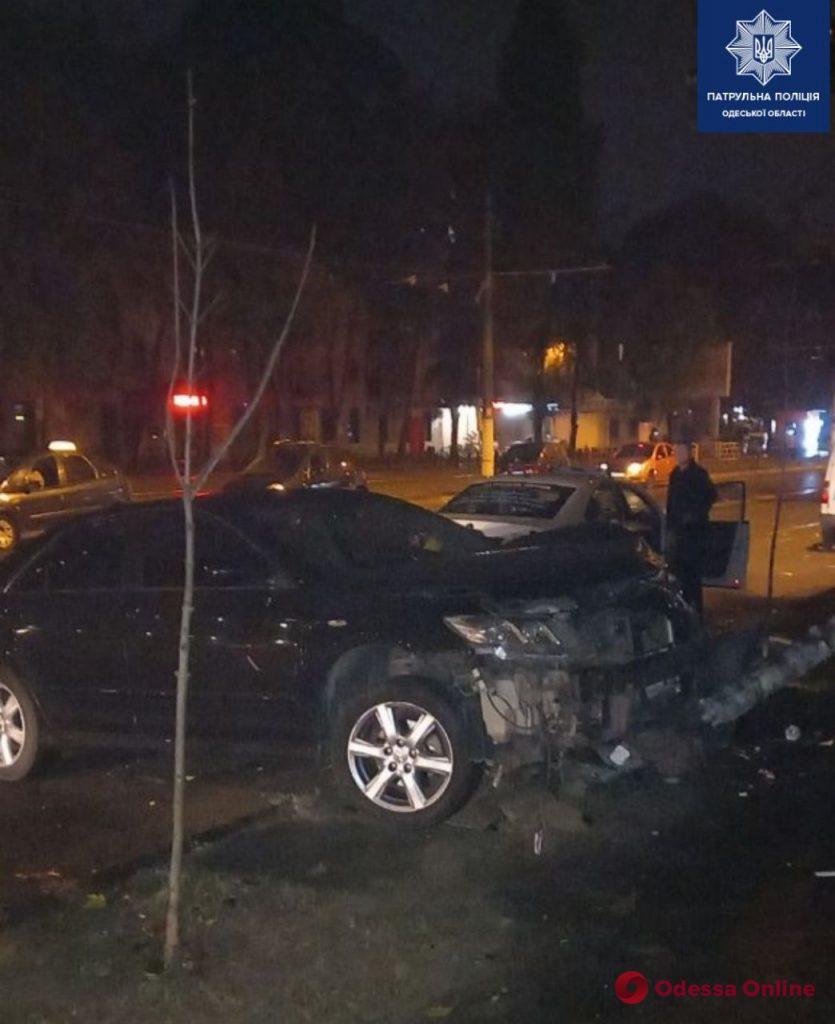На Фонтанской дороге автомобиль врезался в столб (фото)