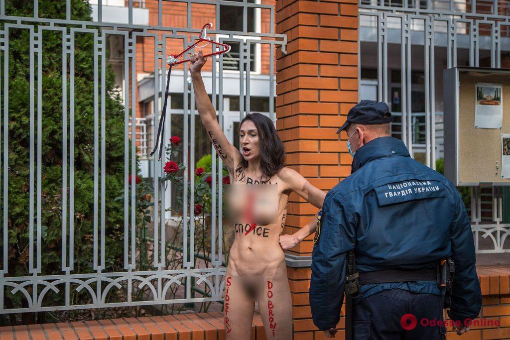 Активистка Femen разделась под стенами консульства Польши в Одессе (фото)