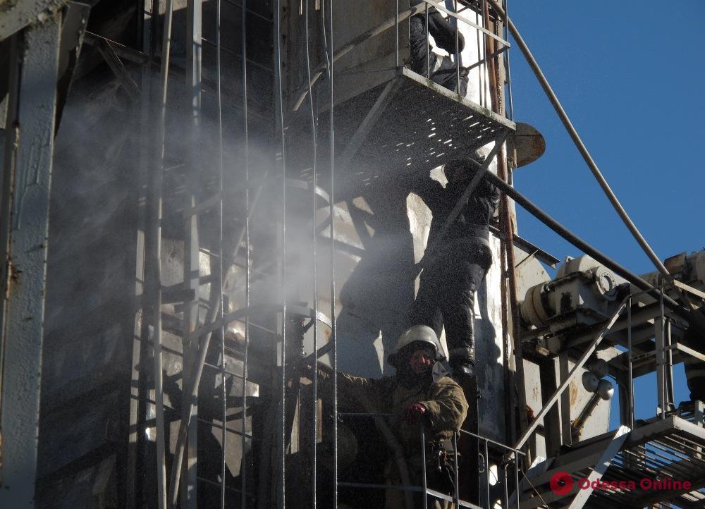 Под Одессой тушили пожар на элеваторе