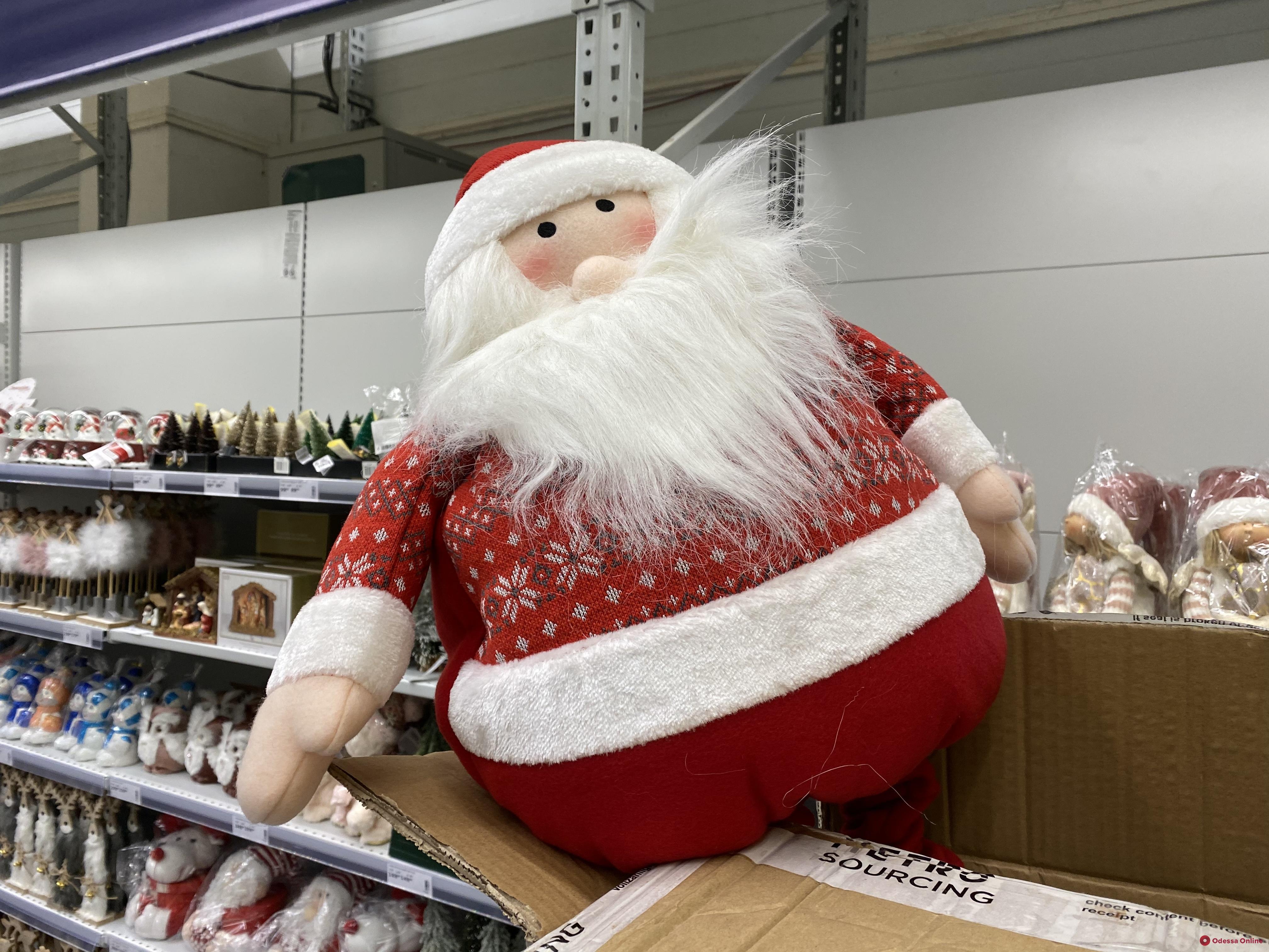Шары, елки, игрушки: в одесские магазины уже завезли новогоднюю атрибутику (фото)