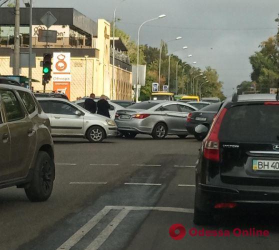 Дорожная обстановка в Одессе: пробки во всех районах и несколько ДТП