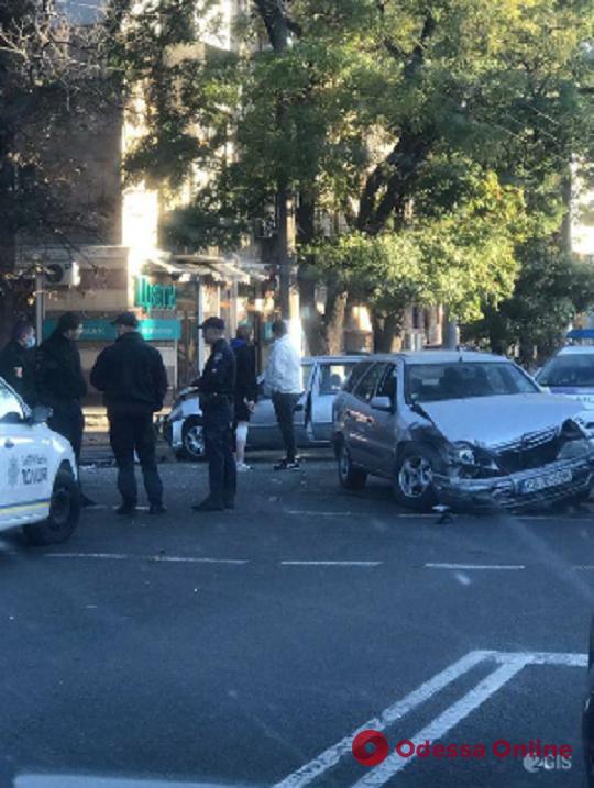 На Люстдорфской дороге столкнулись две легковушки (фото, видео)