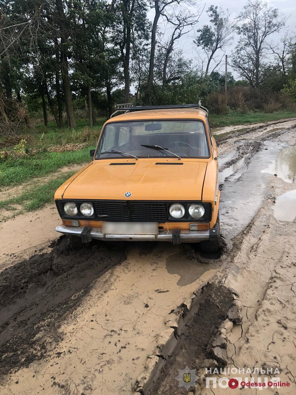 В Одесской области парень угнал авто знакомой и застрял в грязи