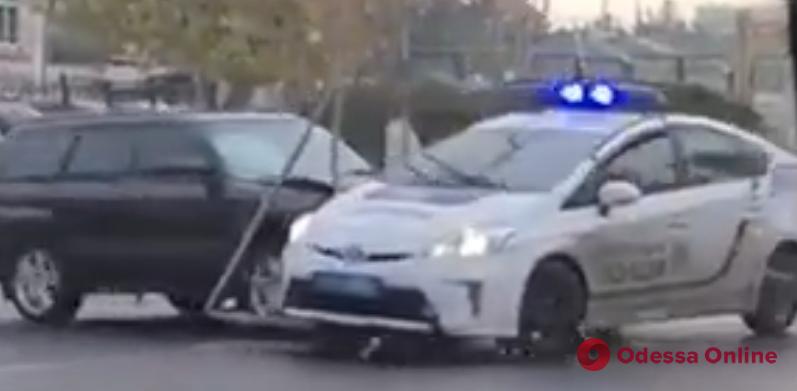 В Одессе водитель-амфетаминщик протаранил авто патрульных, пытался скрыться и врезался в дерево (видео)