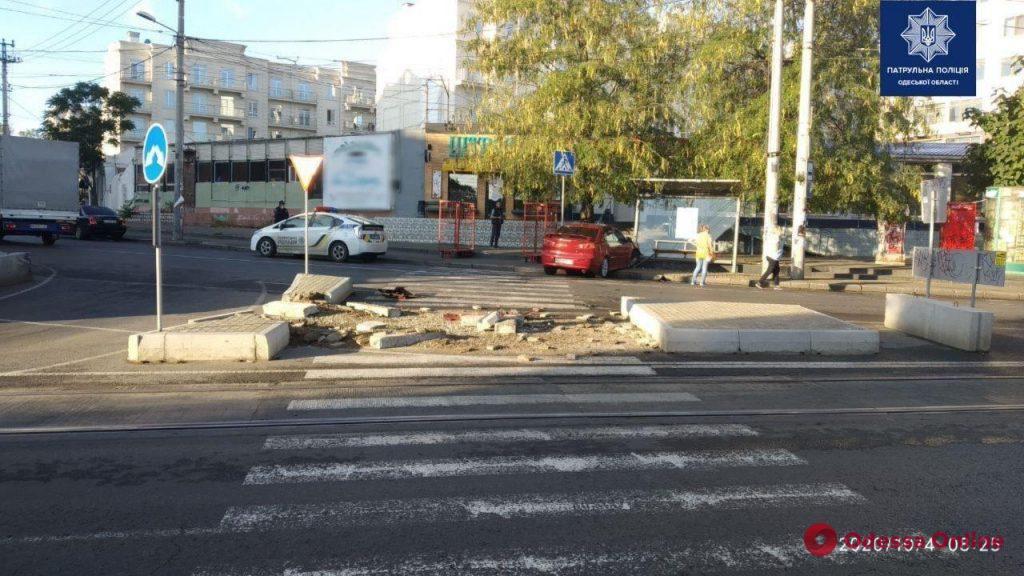 На Фонтане автоледи на Mitsubishi протаранила остановку