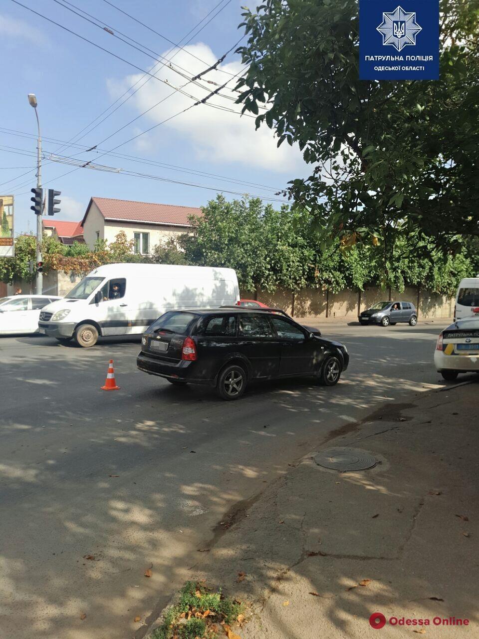 На Грушевского водитель Chevrolet сбил мужчину с ребенком