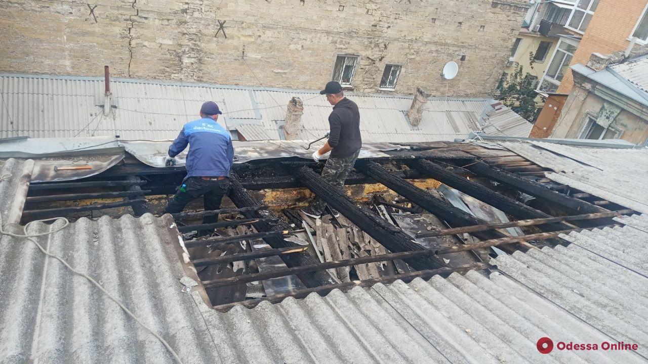 Коммунальщики восстановили крышу пострадавшего от пожара дома на Новосельского