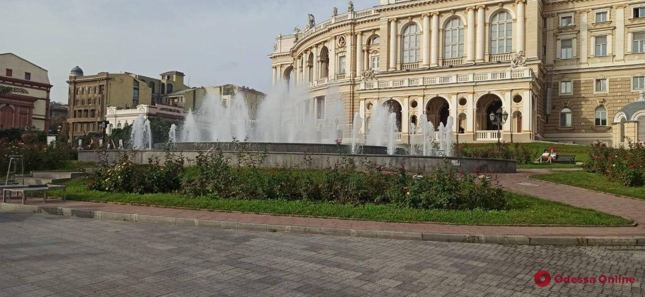 Вандалы повредили фонтан на Театральной площади