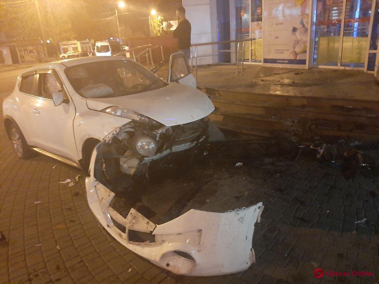 На Таирова девушка на автомобиле Nissan врезалась в столб