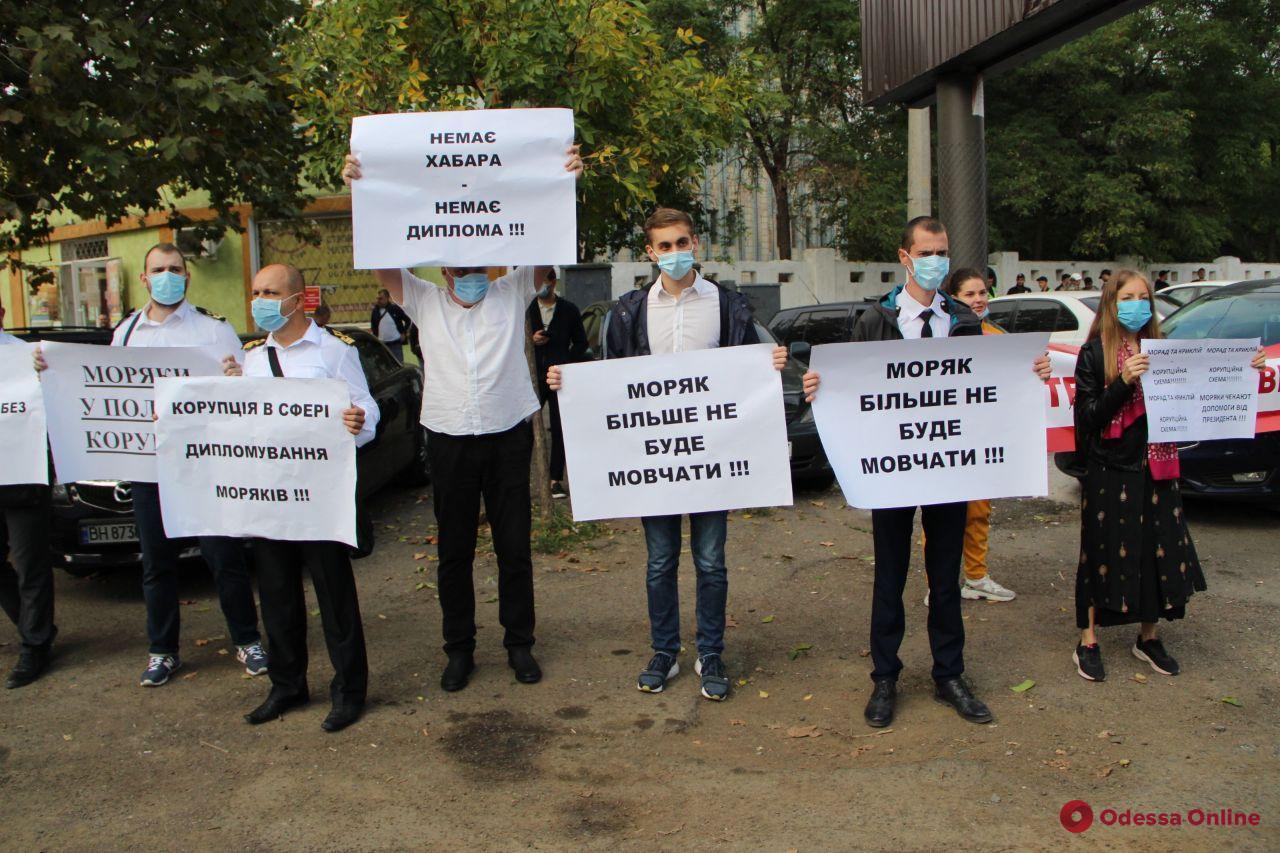 В ожидании Зеленского: одесситы митингуют против коррупции в морской отрасли (фото)