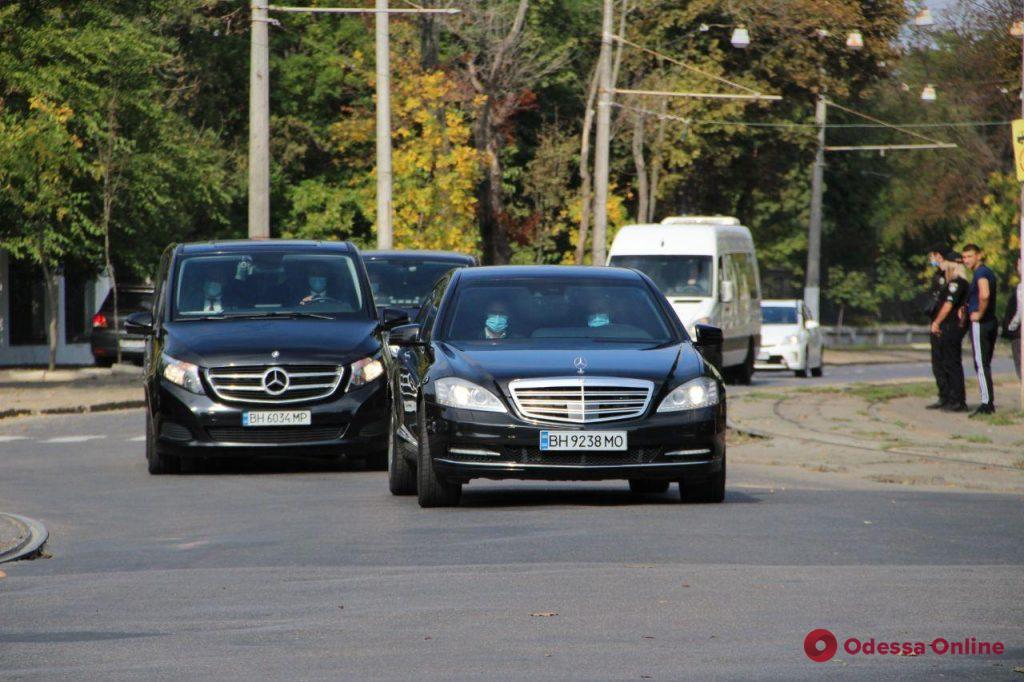К нам приехал Зеленский: в Одессе эвакуируют машины даже с платных парковок (видео)