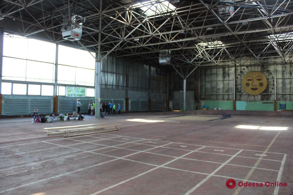 Койки вместо манежа: легкоатлеты «Олимпийца» против превращения школы в госпиталь