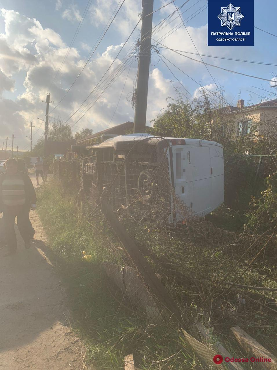 На Хаджибейской дороге Ford при обгоне перевернулся и врезался в электроопору