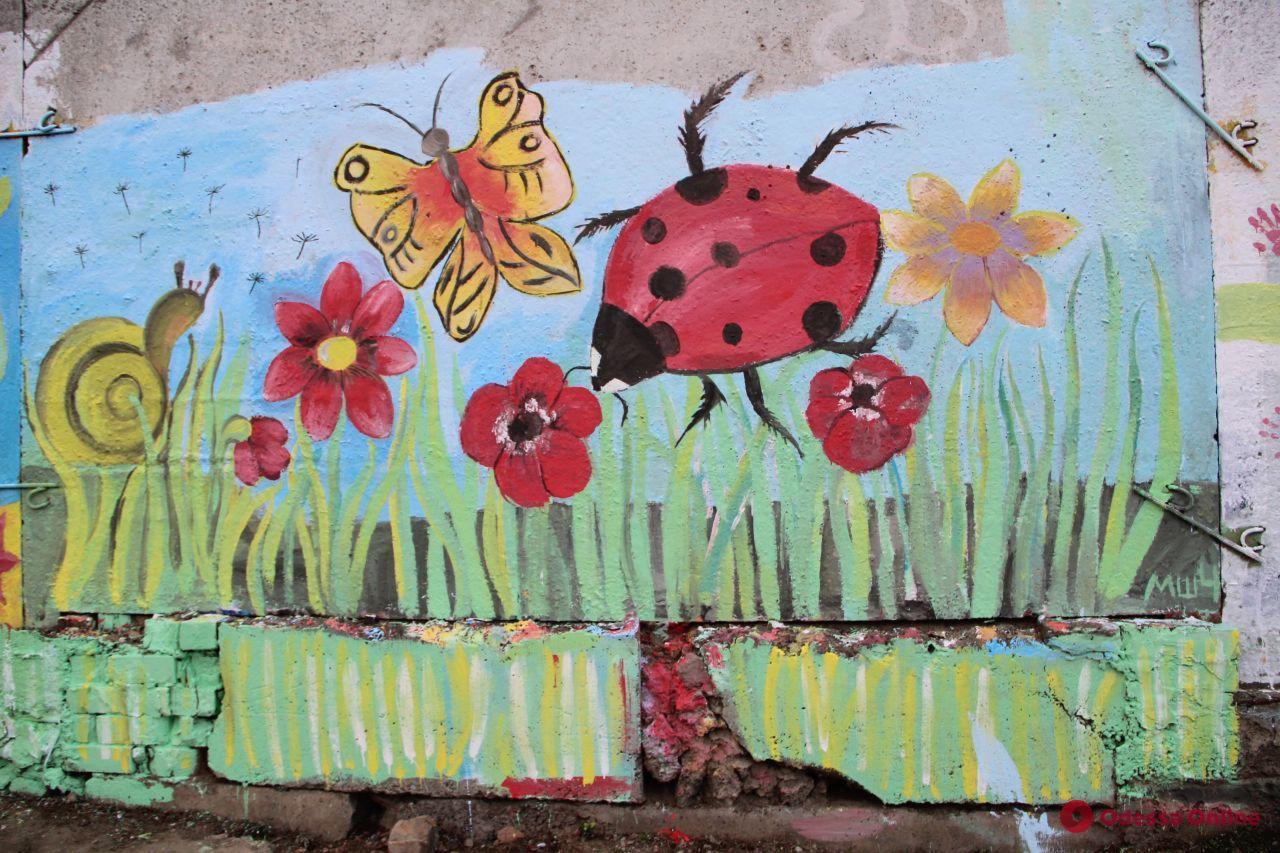 «Дорога исцеления»: забор одесского онкодиспансера украсили яркими рисунками (фото)