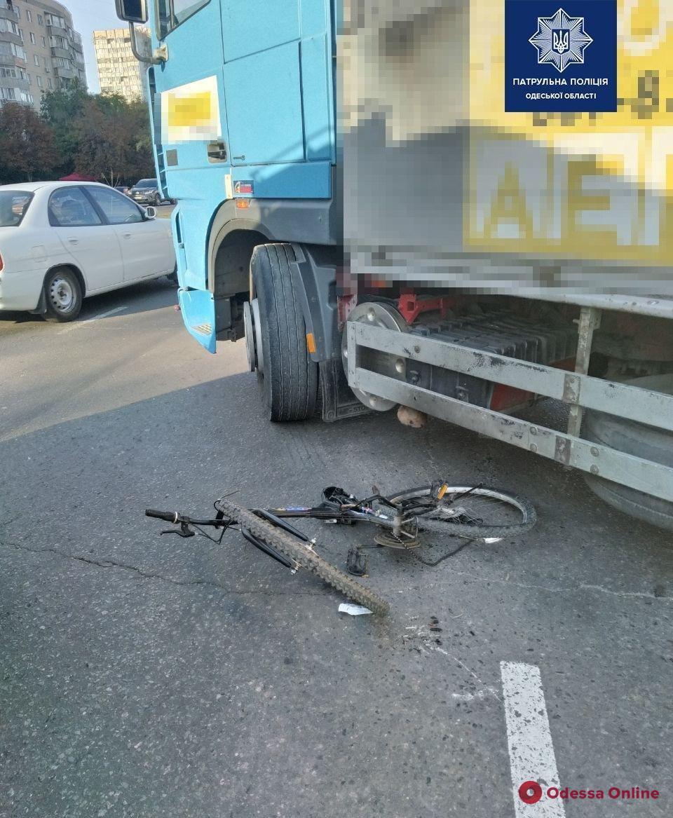 На поселке Котовского фура сбила велосипедиста