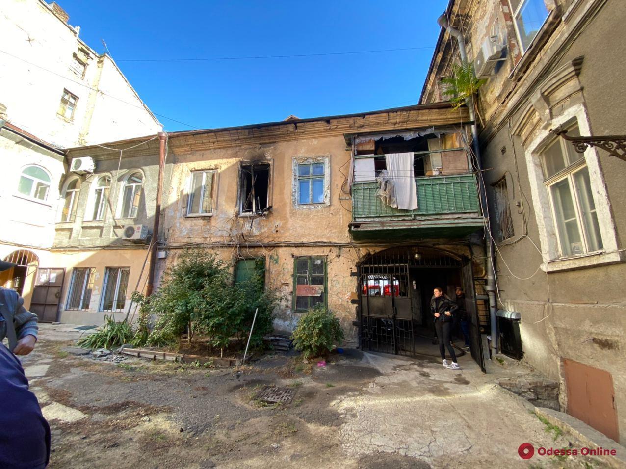В центре Одессы горит квартира (обновляется)