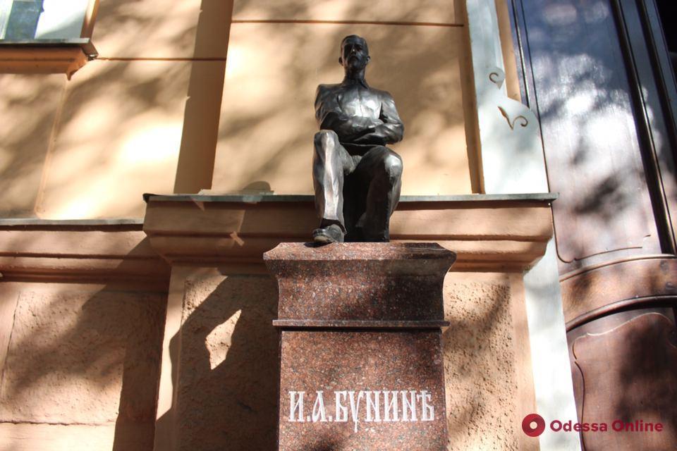 Возле дома на Княжеской установили бронзовую скульптуру Ивана Бунина (фото)