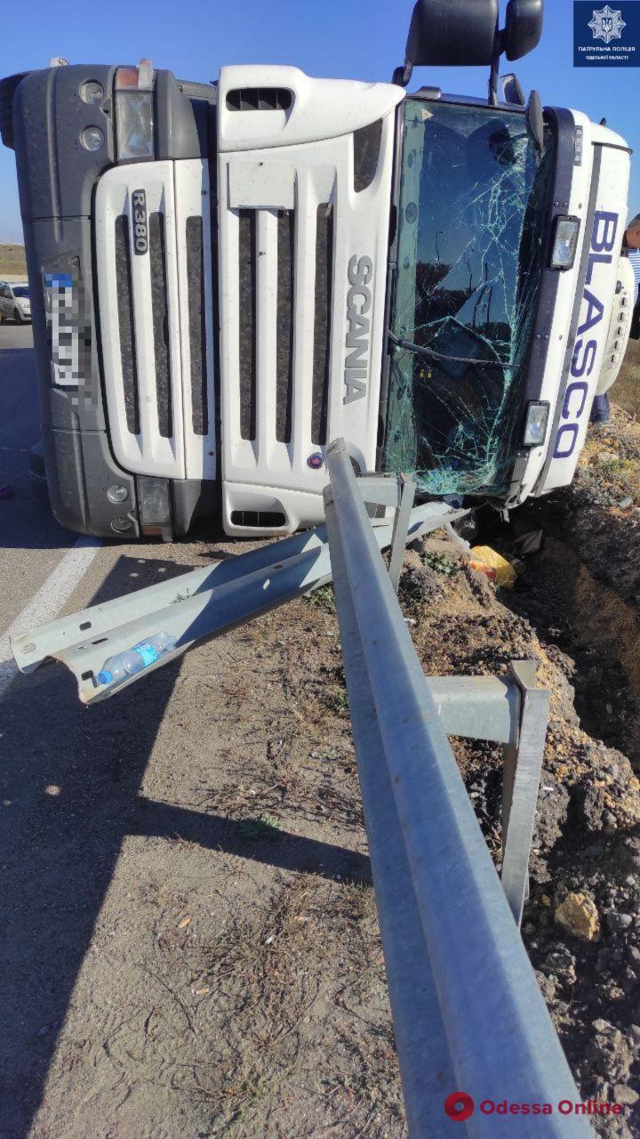 На Клеверном мосту перевернулась фура: пострадали водитель и мальчик-пассажир