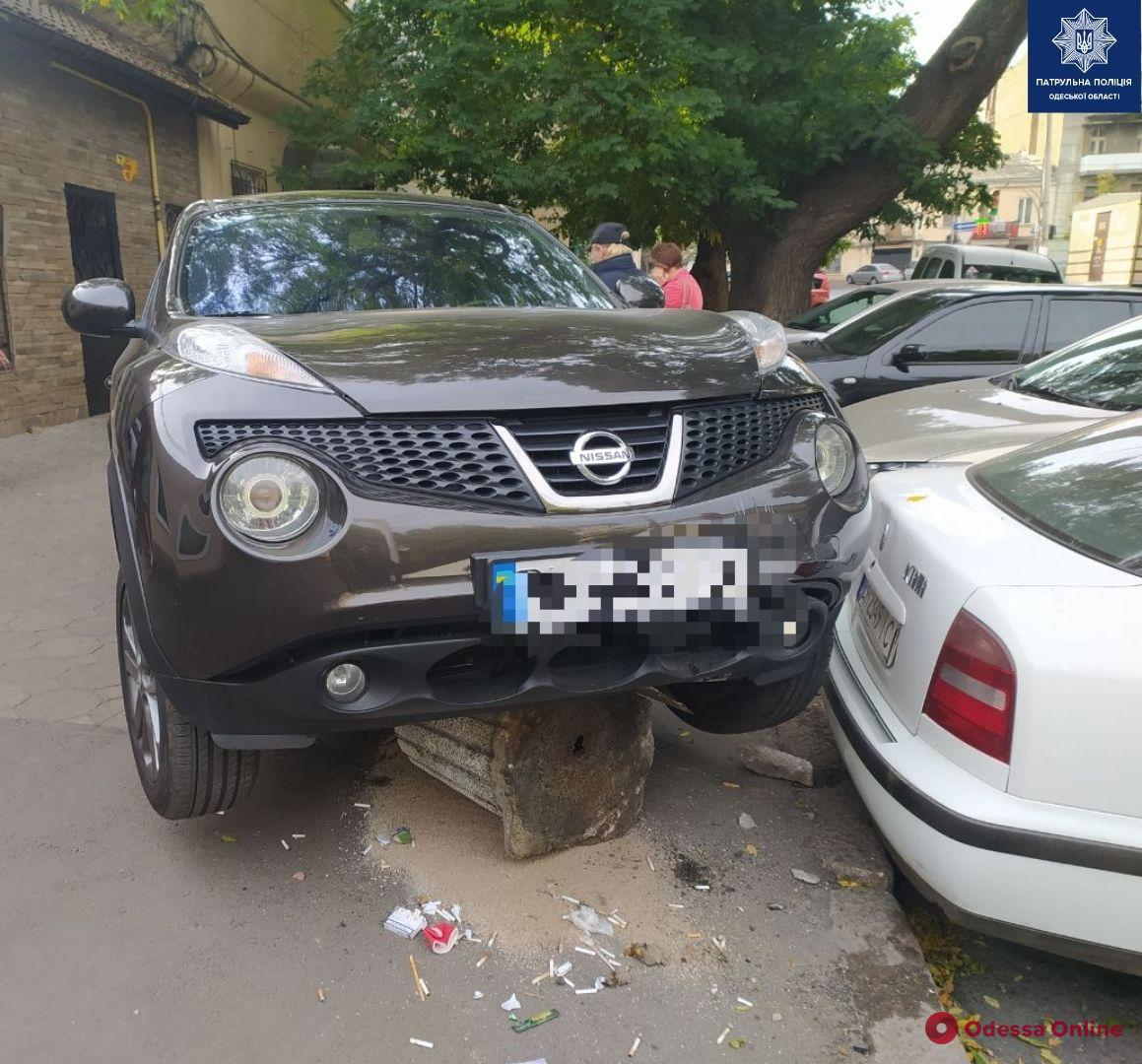 В центре Одессы кроссовер сбил женщину, паркуясь на тротуаре