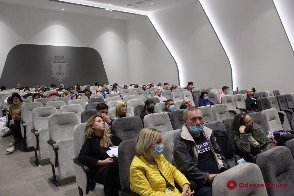 Приходится спать на лестницах: в Одессе члены участковых комиссий второй день сдают протоколы и бюллетени в ТИК (фото)