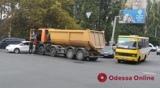 На Таирова столкнулись грузовик и легковушка