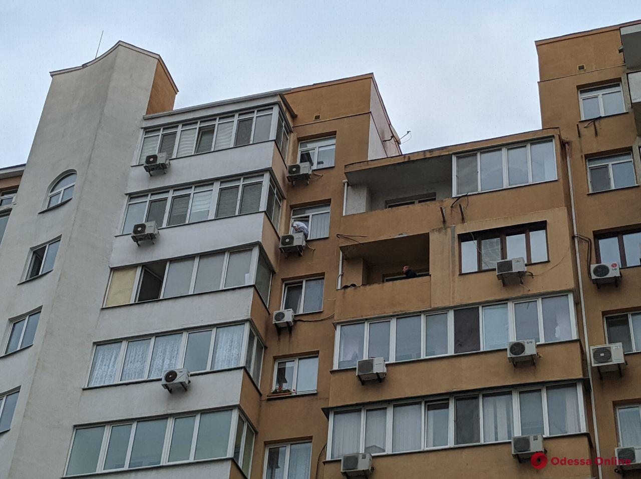 На 9-й станции Фонтана женщина хочет выпрыгнуть из окна многоэтажки (видео, обновляется)