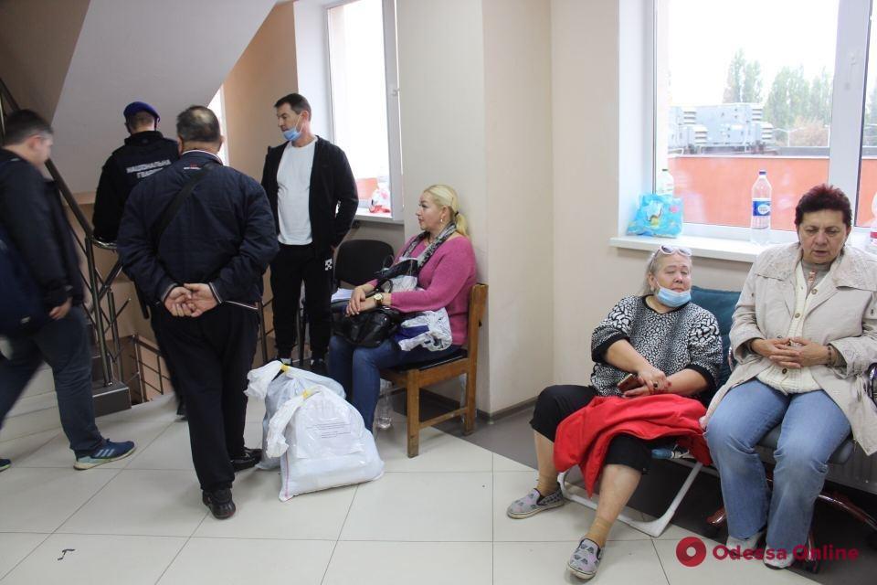 На Косовской члены участковых комиссий четвертые сутки ночуют в коридорах в ожидании сдачи протоколов (фото)
