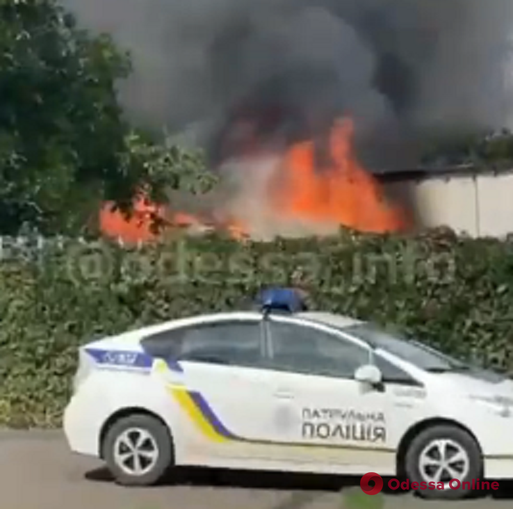 На Фонтанской дороге горит частный дом (видео)