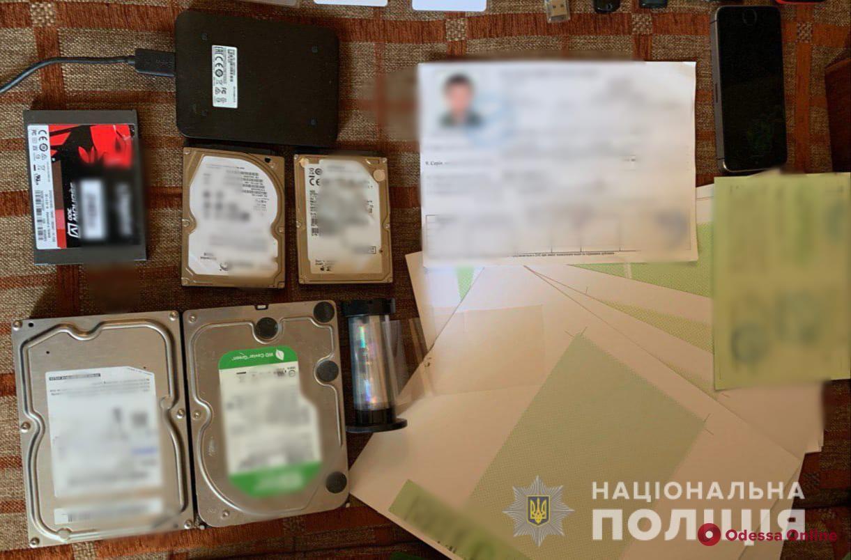 Делал «липовые» водительские права: одесские полицейские предъявили подозрение жителю Северной Африки