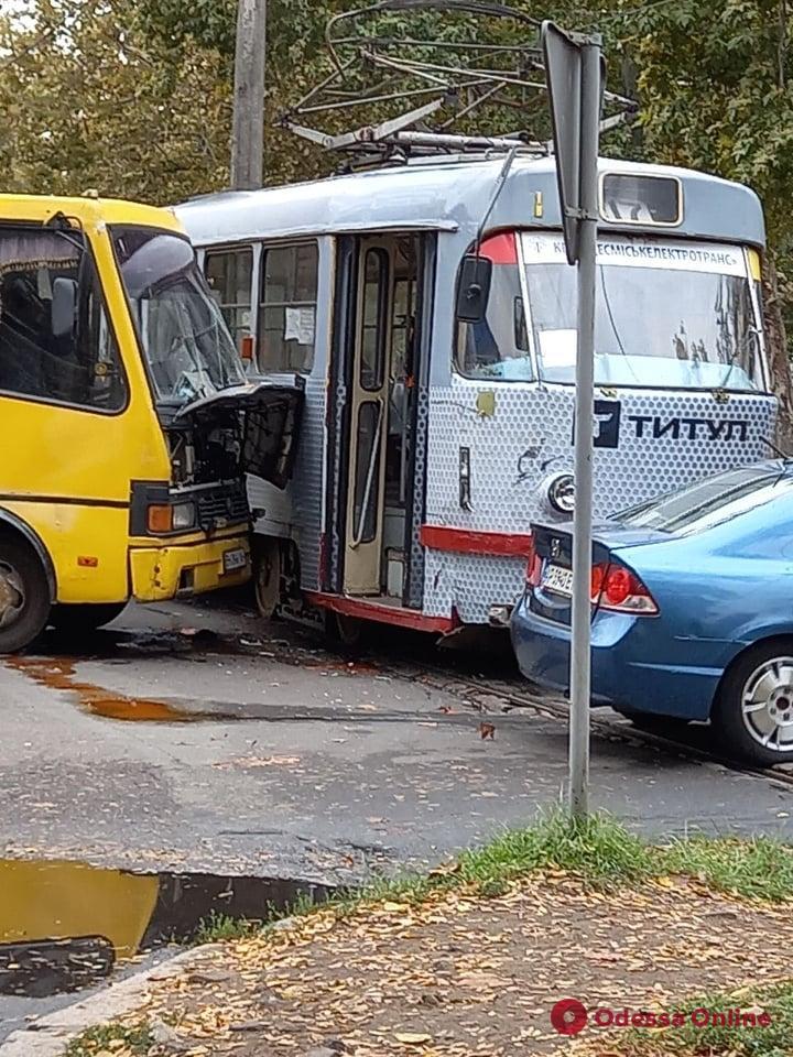 В Одессе не поделили дорогу трамвай и маршрутка
