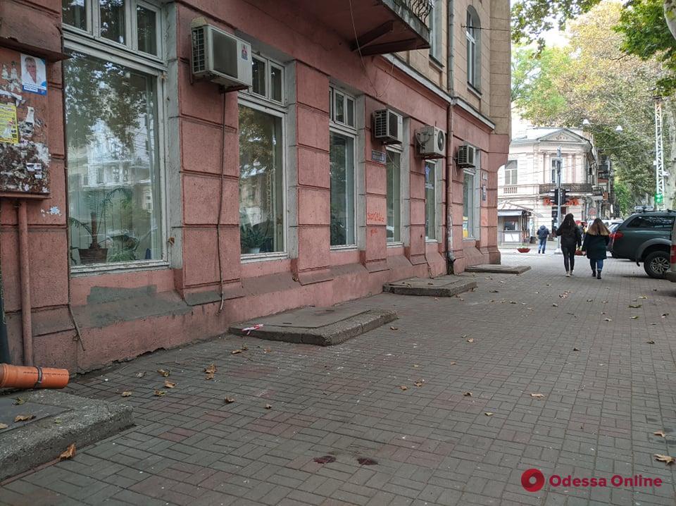 В центре Одессы мужчина сорвался с крыши трехэтажного дома и разбился насмерть