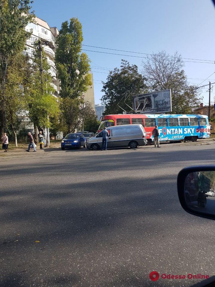 Из-за ДТП на Фонтане около часа не ходили трамваи