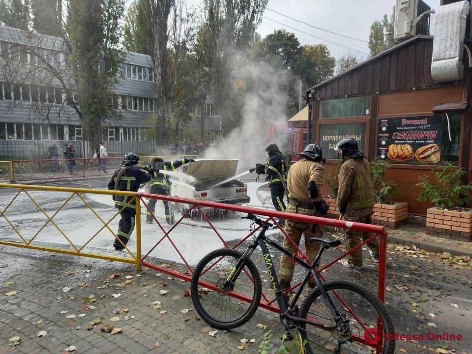 На Черемушках спасатели тушат загоревшийся автомобиль (фото, обновлено)