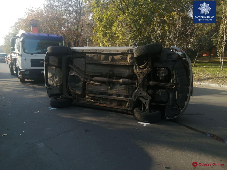 На Слободке Toyota протаранила два авто и перевернулась