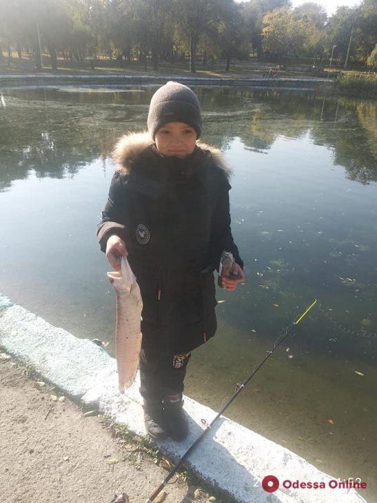 В Дюковском парке дети поймали рыбу из Амазонки (фото)