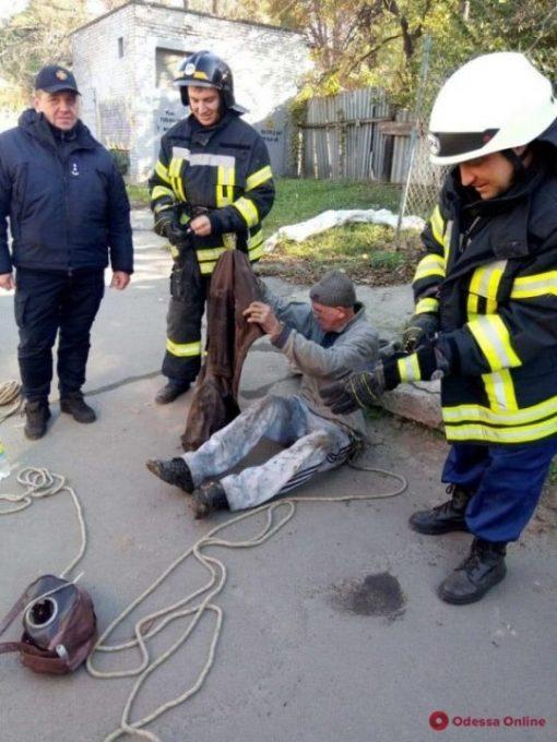 В Одессе спасатели доставали мужчину из канализационного колодца