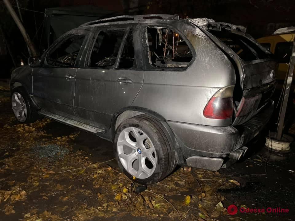 Второе нападение за день: неизвестные сожгли автомобиль одесского активиста (фото)