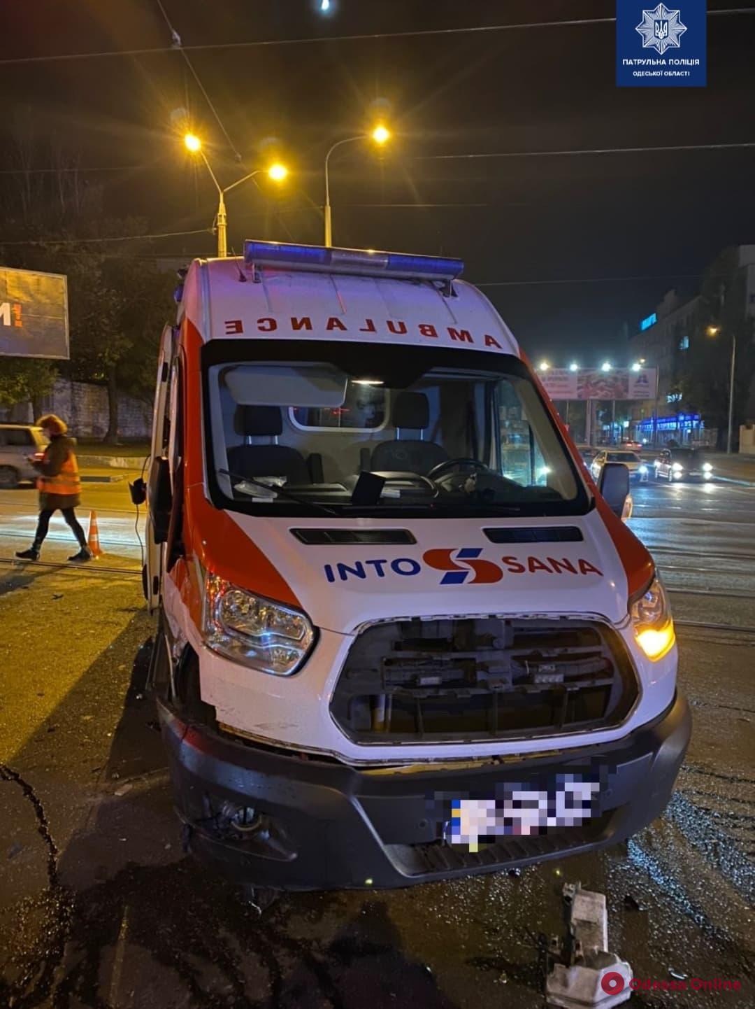 В Одессе «скорая» столкнулась с «Лексусом» и перевернулась — есть пострадавшие (фото, видео, обновляется)