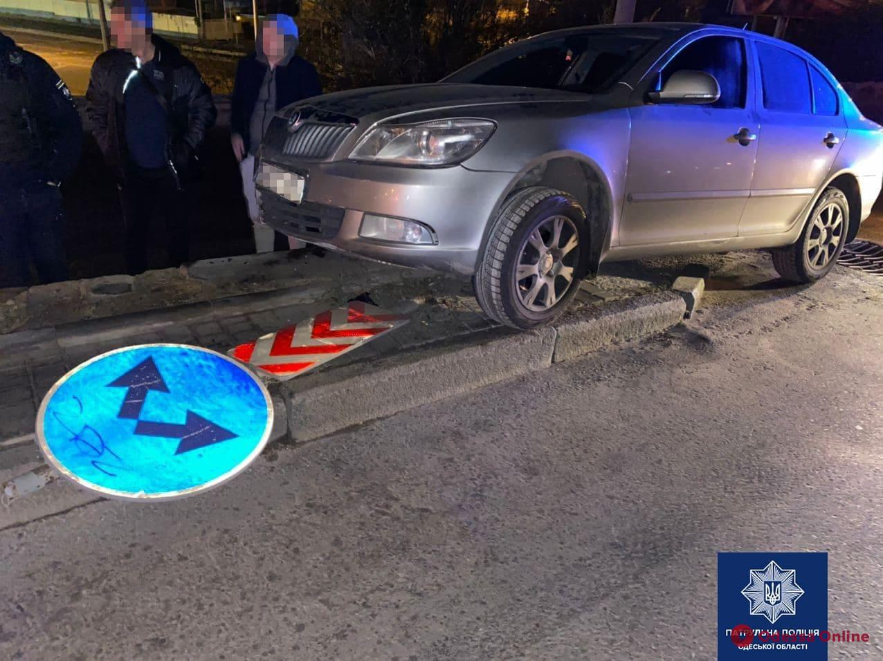 На Грушевского пьяный лихач на Skoda вылетел на обочину и снес дорожный знак