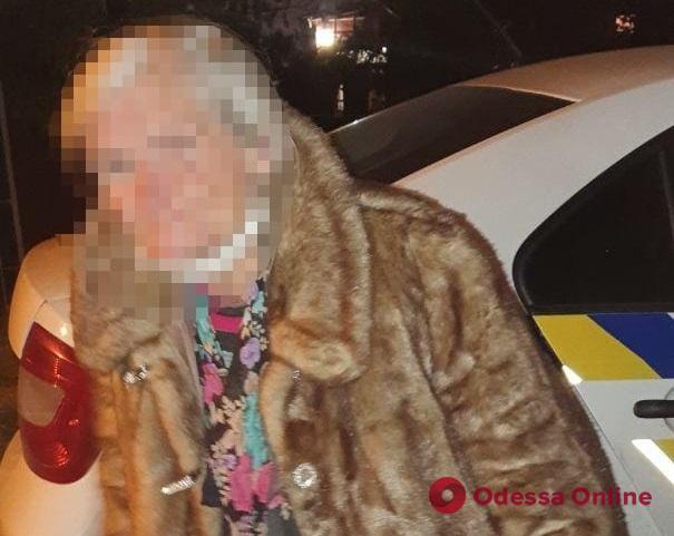 Замерзла и не понимала, где находится: одесские патрульные вернули домой потерявшуюся женщину
