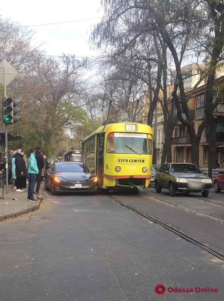 В центре Одессы не поделили дорогу трамвай и Tesla