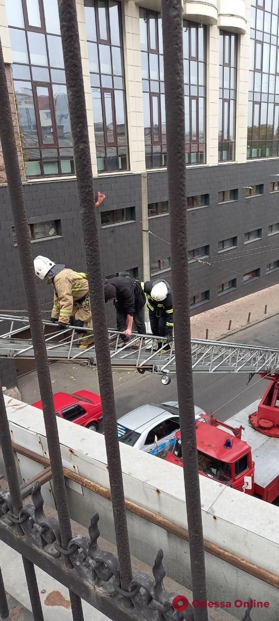 В центре Одессы спасатели снимали с моста самоубийцу (видео, обновлено)