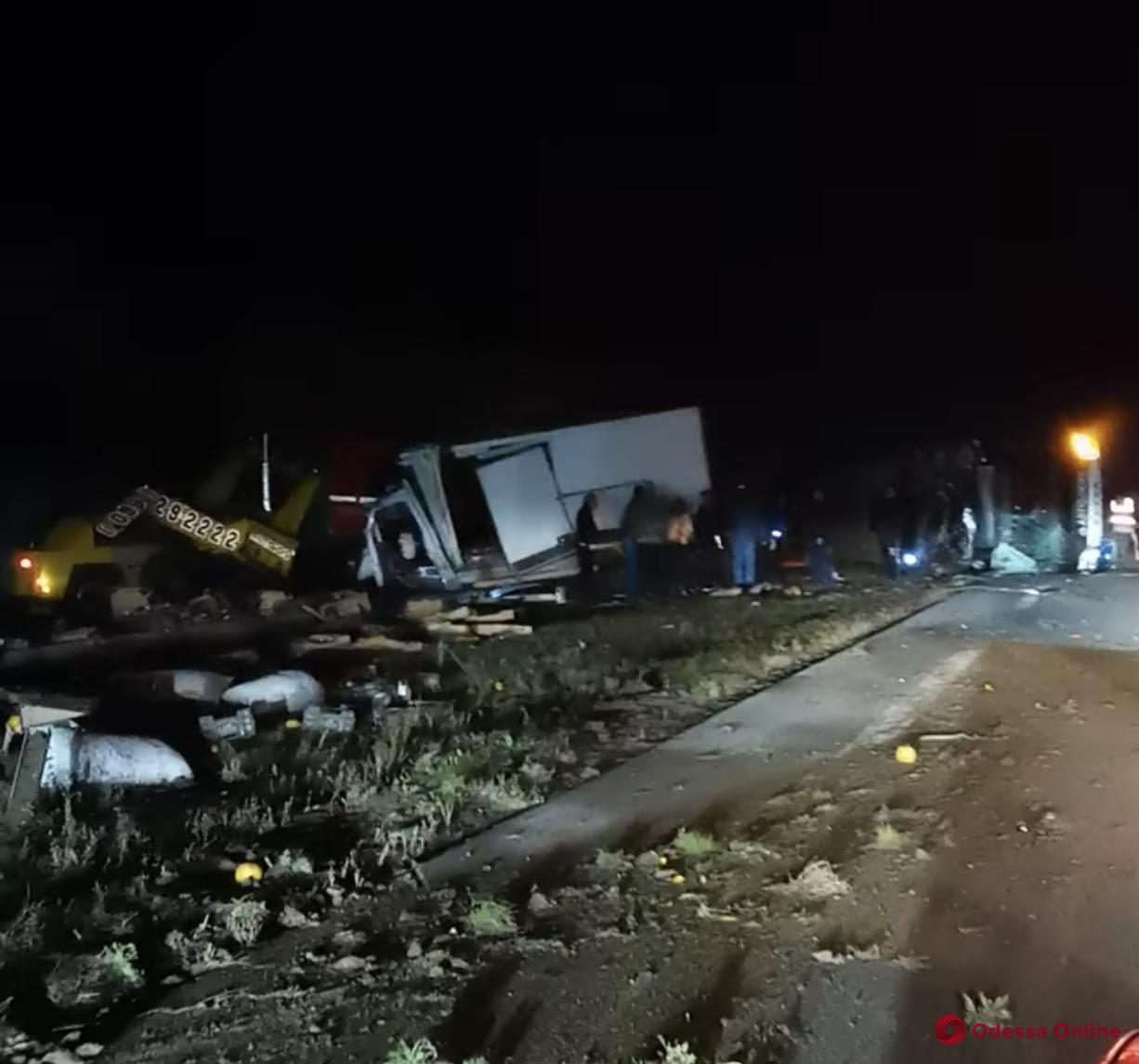 ДТП в Одесской области: столкнулись грузовик и эвакуатор, перевернулся автобус (фото, обновлено)