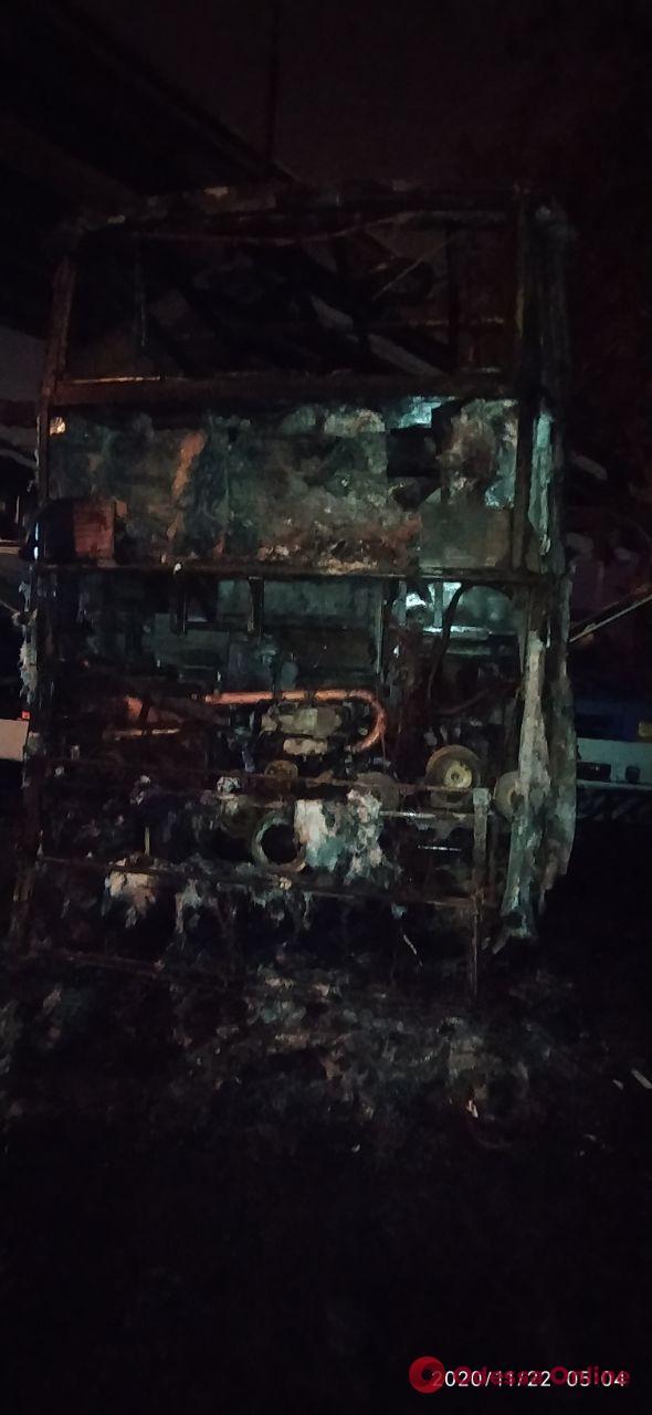 Одесса: ночью на стоянке горели два автобуса и эвакуатор (фото)