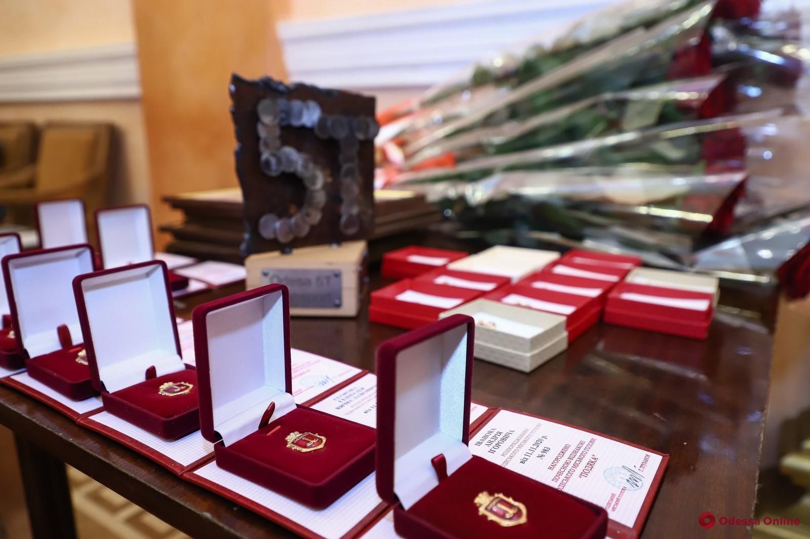 Мэр Одессы вручил награды участникам ликвидации последствий аварии танкера «Делфи»