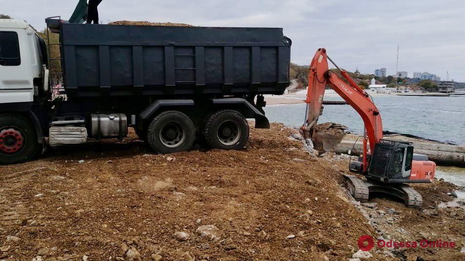 На пляже «Дельфин» ремонтируют подпорную стенку (фото)