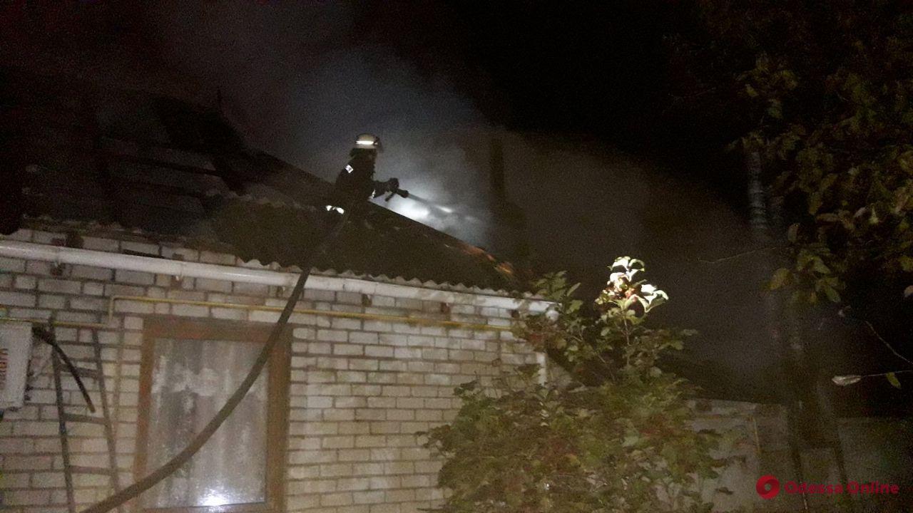 Под Одессой тушили крупный пожар в жилом доме с летней кухней