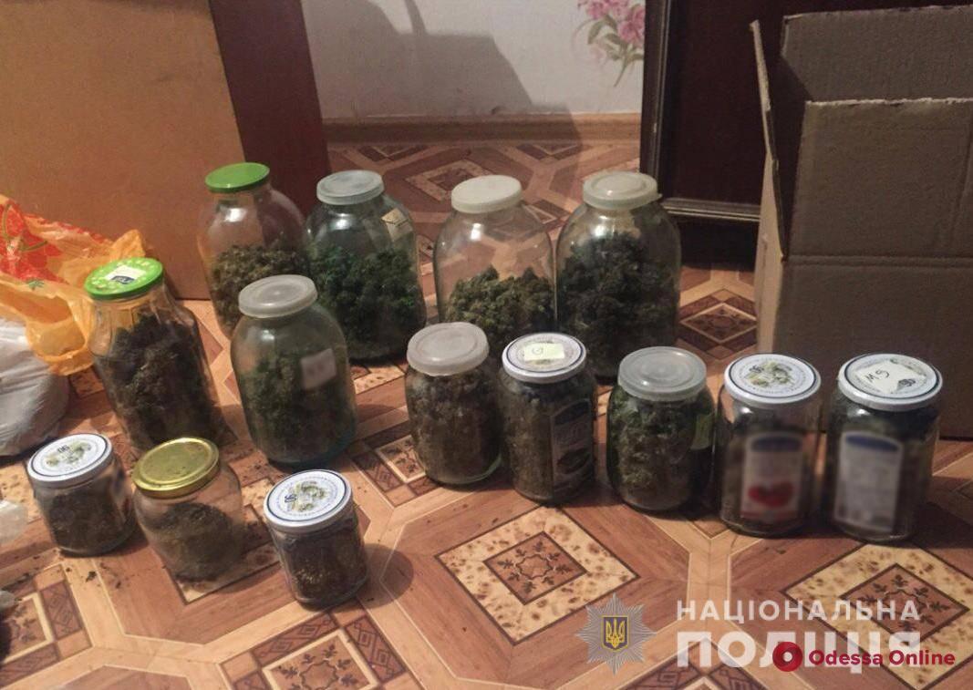 У дебошира из Одесской области нашли одиннадцать банок с «травкой»