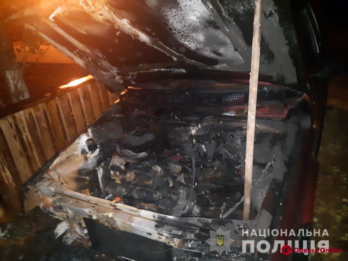 Полицейские установили, что три машины в Одесской области поджег сын их владельца